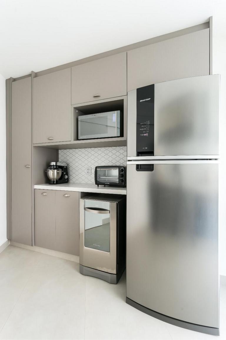 Uma cozinha clara é uma ótima opção para quem busca uma decoração clean e moderna. O quartzo branco é uma pedra industrializada que se adapta a diferentes ambientes.