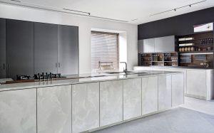 Cozinha-com-laminas-porcelanicas-scaled